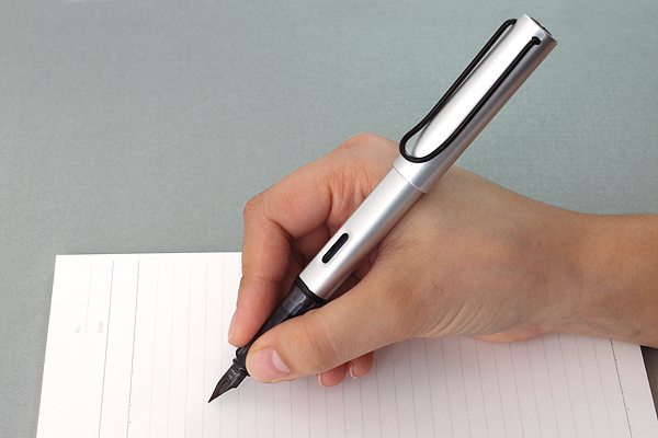 How does an ink pen write ?