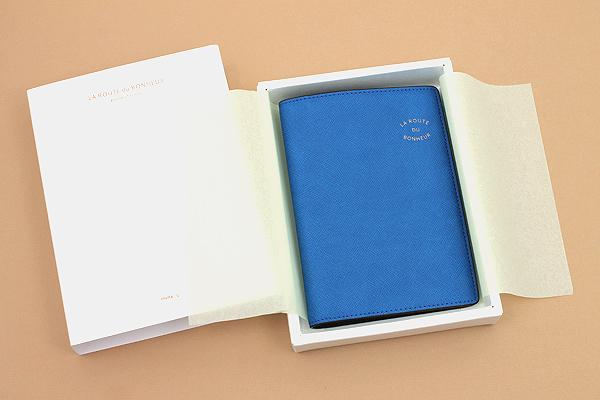 Invite.L La Route Du Bonheur Passport Cover - Blue - IL PC-BLUE